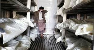 """صورة مؤثرة لـ """"يمني"""" يبكي وسط جثث ضحايا كورونا"""