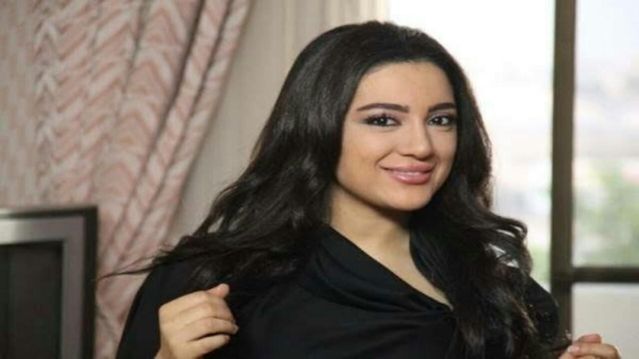 شاهد.. حركة بذيئة من أمينة العلي لأحد متابعيها