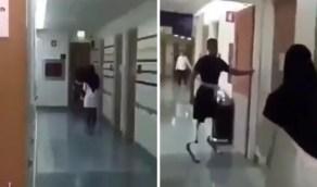 شاهد.. ممرضة تساعد مصاب في تأهيله على أطراف صناعية بالجري