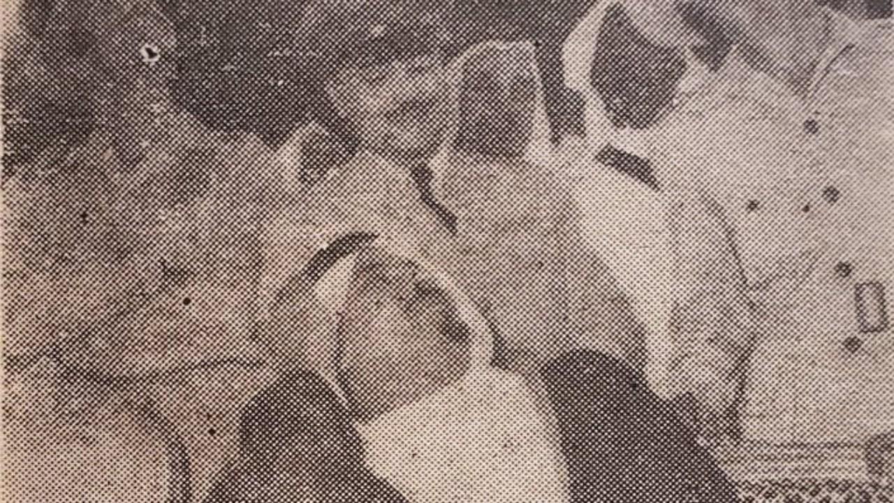 صورة عفوية للأمير سلطان وهو يراقب عرضًا جويًا