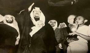 صورة قديمة للملك سعود وأمير المنطقة الشرقية أثناء تشريفهما لحفل رياضي عام 1954م