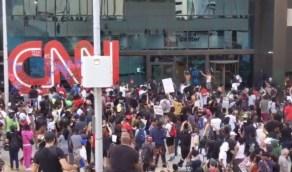 شاهد.. هجوم المتظاهرين على مقر قناة CNN في أتلانتا بعد مقتل جورج فلويد