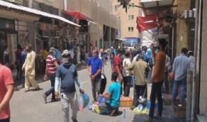 بالفيديو..لحظة هروب عمالة مخالفة بعد سماع صوت سيارات الشرطة