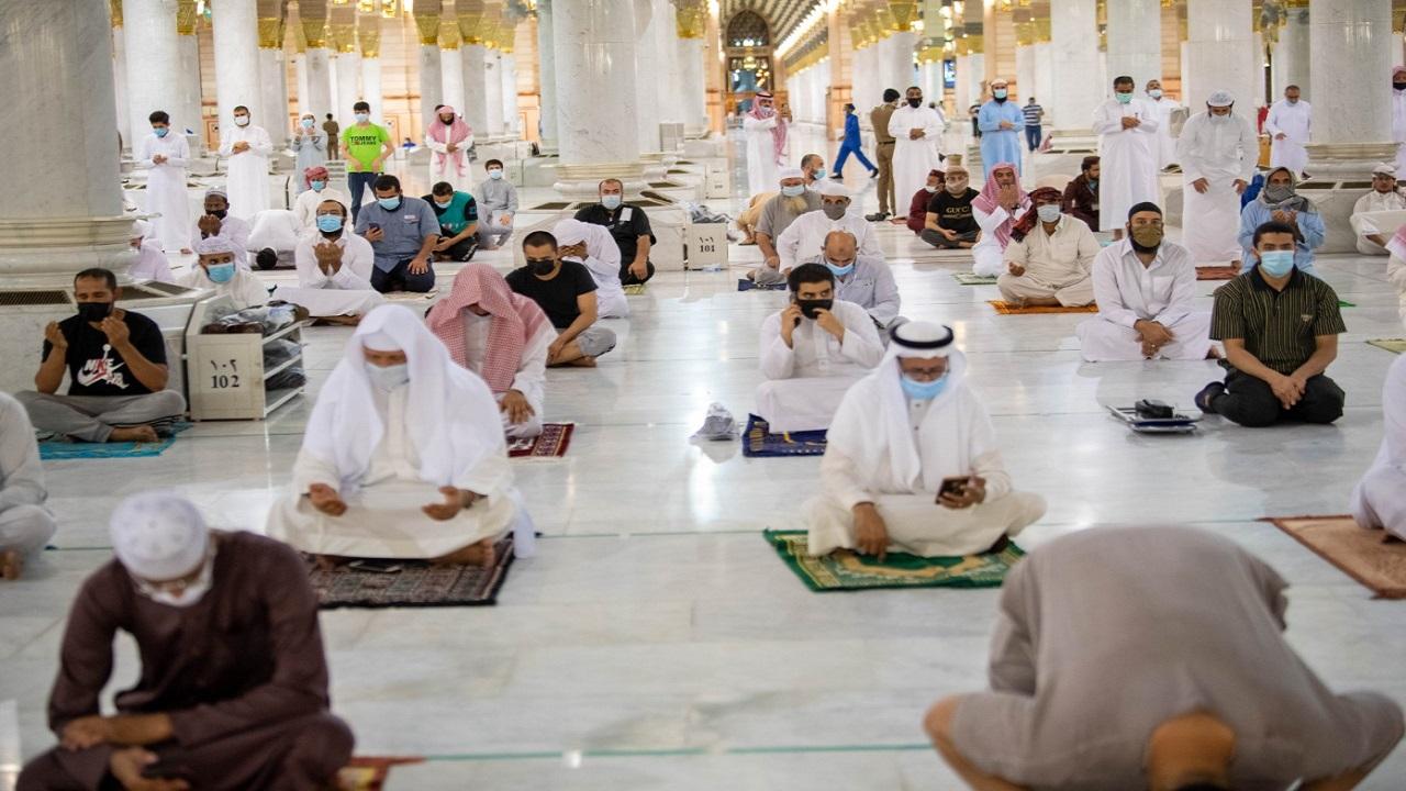 مشاهد من رحاب المسجد النبوي أثناء صلاة الفجر
