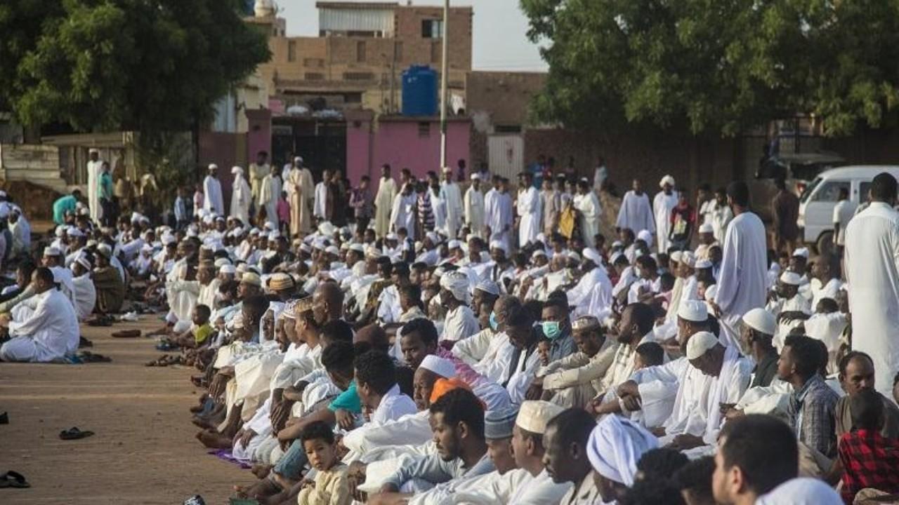 بالصور.. خرق كبير لمنع التجول بصلاة العيد في بلد عربي