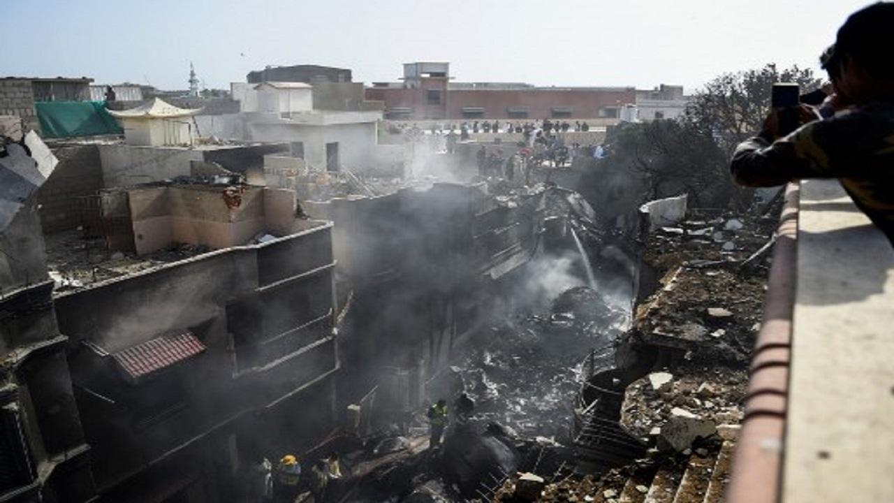 صور مروعة للحي السكني الذي شهد سقوط الطائرة الباكستانية المنكوبة