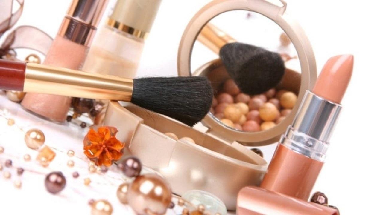 طريقة التعامل مع أدوات التجميل لمنع العدوى بالفيروس