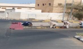 بالصور.. صيانة الأرصفة بشوارع وأحياء طبرجل
