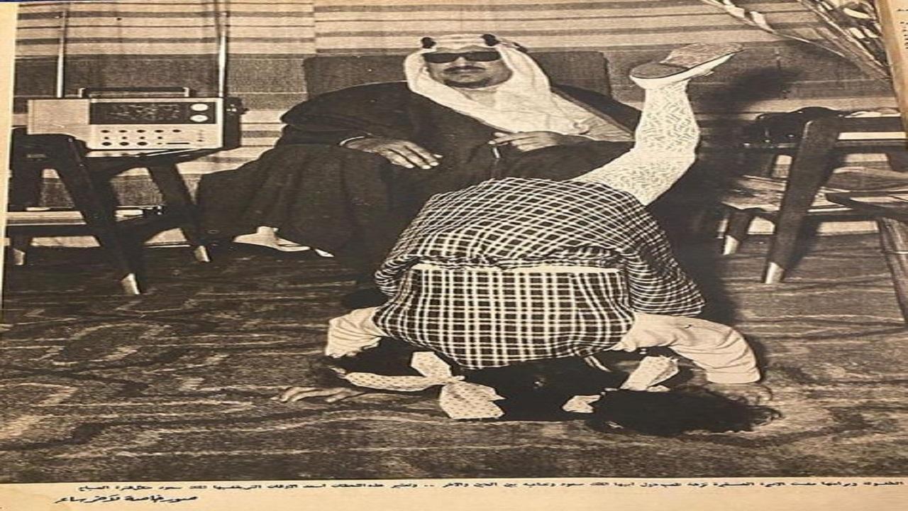 صورة طريفة للملك سعود مع ابنته الأميرة نزهة