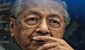 طرد مهاتير محمد من الحزب الحاكم بماليزيا