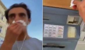 بالفيديو.. شخص يمسح أنفه بمنديل ثم يمسح به الصراف الآلي بالهفوف