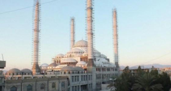 مسؤول إيراني يثير الغضب بعد دعوته لهدم أكبر مساجد أهل السنة