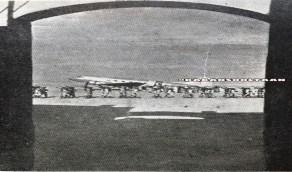 صورة نادرة للطائرة التي أهداها روزفلت للملك عبدالعزيز بعد وصولها إلى مطار جدة
