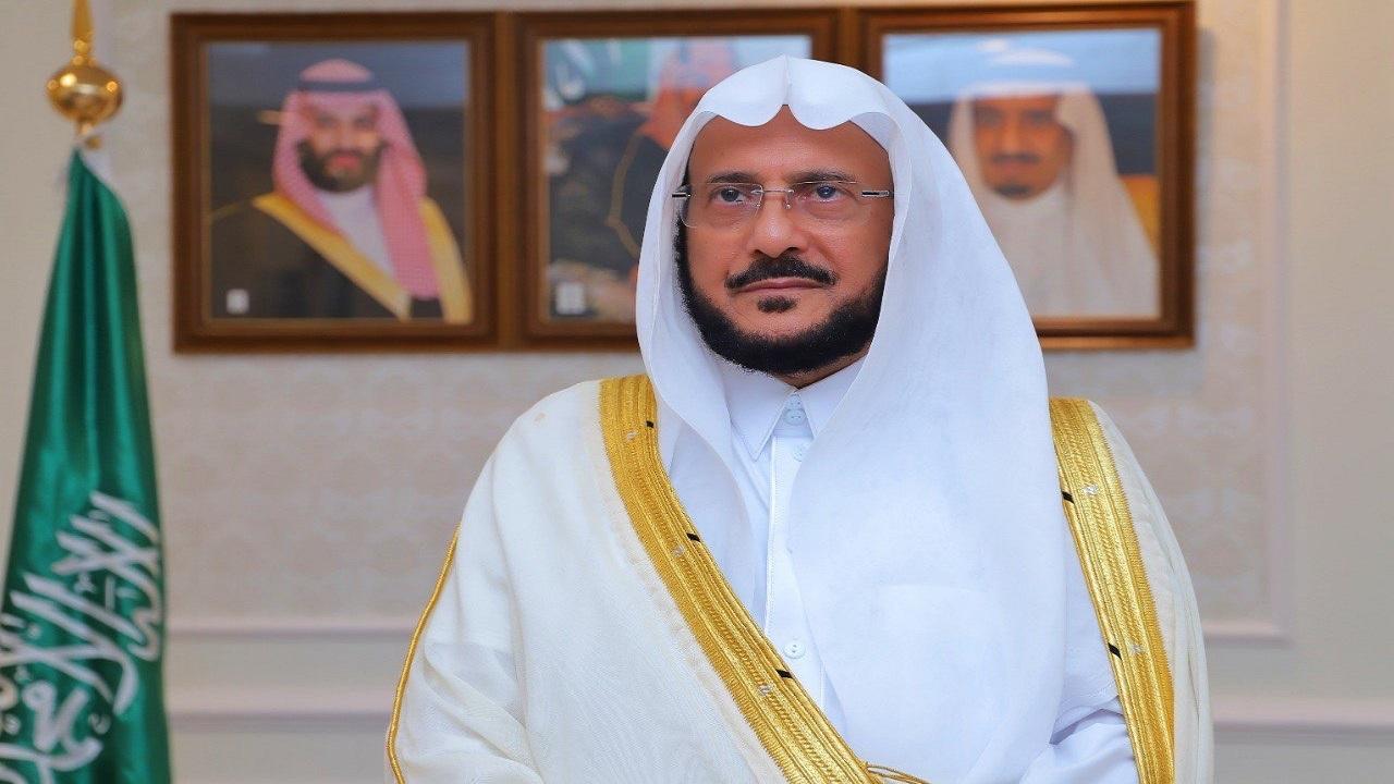 """""""آل الشيخ """" يكشف الحكم الشرعي لعدم شهود صلاة الجمعة والجماعة"""