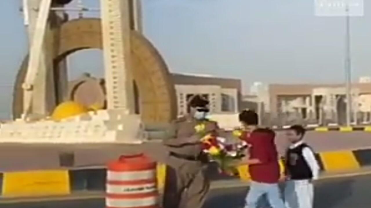 شاهد.. مواطنة وأبناؤها يقدمون الورود لرجال الأمن في ضمد بجازان