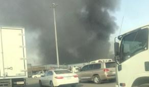 شاهد.. حريق يلتهم عدد من الورش في صناعية النسيم بالرياض
