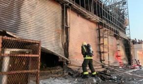 بالصور.. اندلاع حريق في واجهة محلات تجارية بحفر الباطن