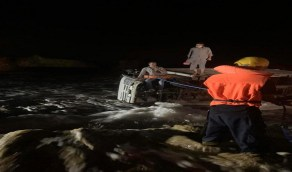 إنقاذ شخصين انقلبت سيارتهما بالقنفذة إثر السيول