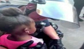 شاهد..لحظة مواساة بين ضابط شرطة أمريكي وفتاة تبكي بشدة