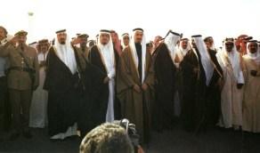 صورة تاريخية للملك خالد ومعه عدد من الملوك والأمراء