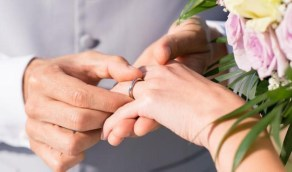 عائلتان يحتفلان بزواج ابنيهما «إلكترونيا»