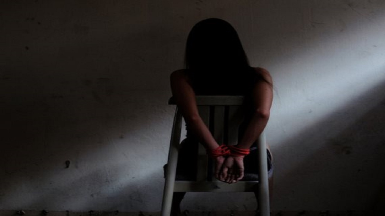 شاب يختطف فتاة لاغتصابها ويتسبب في إصابتها بجروح بليغة