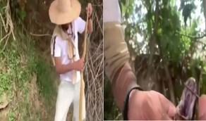 بالفيديو.. مواطن يلاحق ثعابين الكوبرا في الباحه ويهجم عليها قبل أن تلدغه !