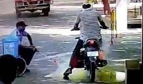 رجل أمن يتسبب في كارثة بعد رش المطهر على قائد دراجة نارية