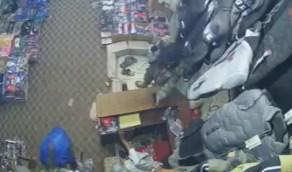 بالفيديو .. مسلح حوثي يعتدي على مالك محل ويسرقه أمواله