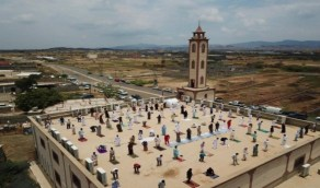 تفاصيل صورة المصلين وهم يؤدون صلاة الجمعة فوق سطح مسجد بالعارضة