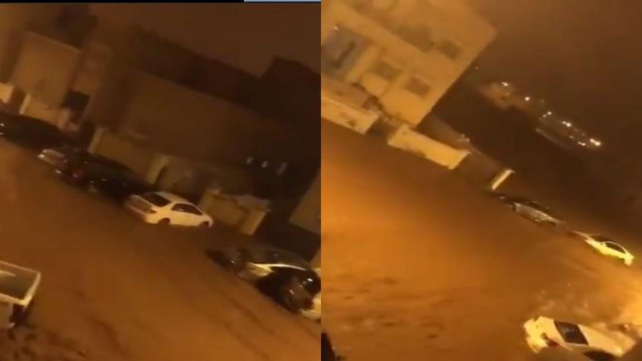 شاهد.. السيول تداهم المساكن في صلالة في مشهد صادم