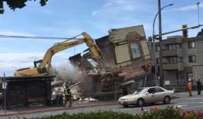 شاهد.. رجل ينجو بأعجوبة من سقوط المبنى فوقه