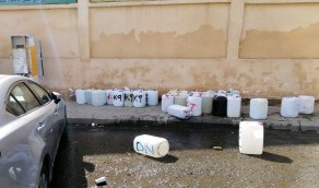 ضبط مخالفين امتهنوا غسيل السيارات بطرق عشوائية في شوارع مكة