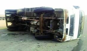 إصابة قائد شاحنة بعد انقلابها بالطائف