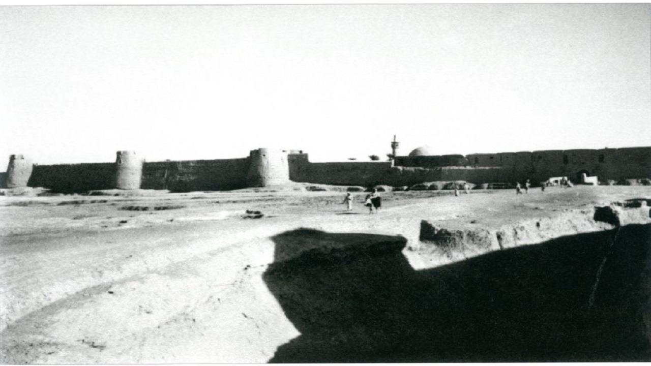 """صورة تاريخية لسور """" الكوت """" بالهفوف قبل 82 عامًا"""