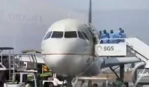 بالفيديو.. تعقيم الطائرات بمطار جازان قبل صعود الركاب