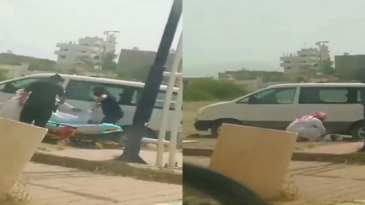 بالفيديو..ردة فعل مواطن تجاه شخص مريض سقط بالشارع