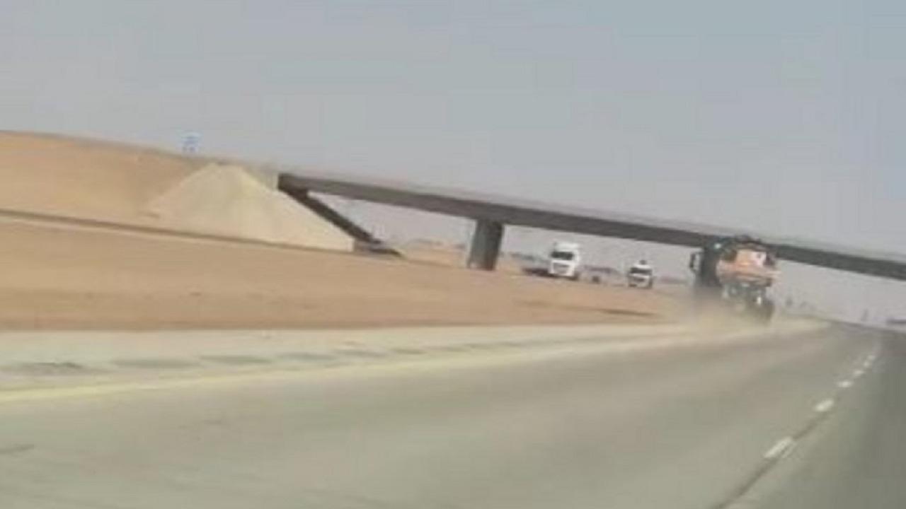 قائد مركبة يحاول الانتحار بالقيادة عكس طريق «المستوي» في شقراء