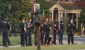 بالفيديو..لحظة بصق شرطي أمريكي على متظاهرة بعد ضبطها