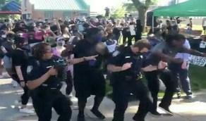 شاهد.. رقص الشرطة الأمريكية مع المتظاهرين في الشوارع