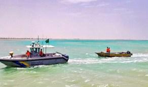 حرس الحدود بالمدينة ينقذ شخصين تعطل قاربهما في عرض البحر بينبع