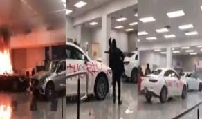 بالفيديو.. متظاهرون أمريكا يحرقون متجر مرسيدس ويُصدمون عند اقتحام محل بيتزا