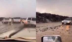 شاهد.. تكدس السيارات في طريق الحرة بسبب السيول شرق مكة