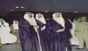 شاهد.. 3 ملوك ينتظرون نزول الملك خالد من الطائرة مرتدين البشت الأسود