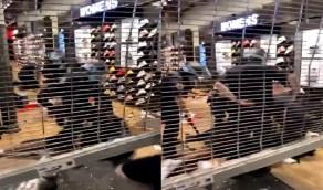 بالفيديو.. لص يسرق أحذية من محل بنيويورك والشرطة تنهال عليه بالهراوات