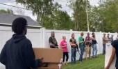 شاهد.. أصحاب البيوت في أمريكا يرعبون المتظاهرين بأسلحتهم