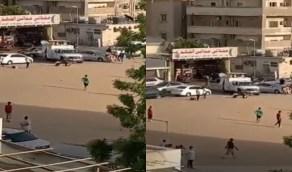 شاهد.. شباب في جدة يلعبون الكرة رغم الإجراءات الاحترازية