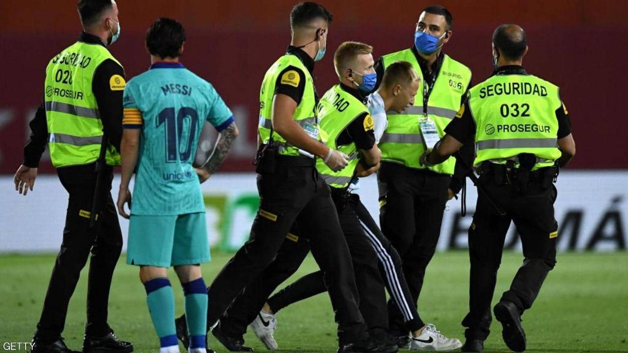بالصور..مشجع يقتحم أرضية الملعب في أولى مباريات برشلونة