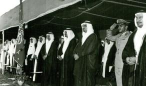 صورة تاريخية لحفل تخرج دفعة من كلية الأمن الداخلي بحضور عدد من الأمراء