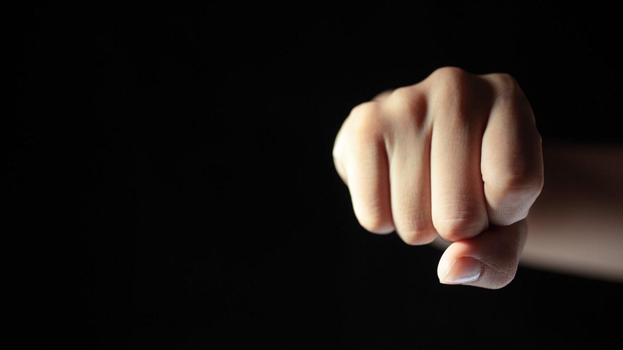 خادمة تعتدي بالضرب على رجل وزوجته